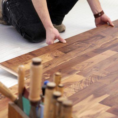 ¿Cómo puedo quitar las manchas de mi piso laminado?